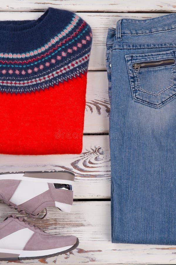 Met de hand gemaakte sweater, jeans en tennisschoenen royalty-vrije stock afbeelding