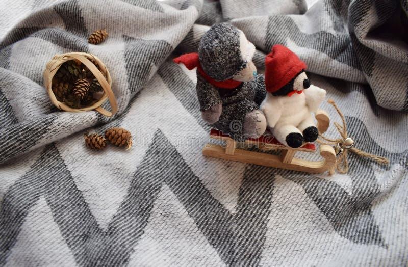 Met de hand gemaakte Teddyberen op een slee Kerstmistak en klokken stock afbeelding