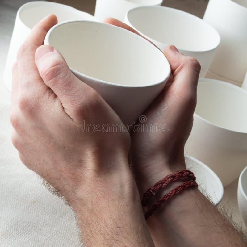 Met de hand gemaakte witte klei ceramische koppen op de achtergrond van het voddenlinnen royalty-vrije stock afbeeldingen