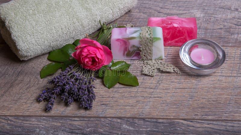 Met de hand gemaakte Zeep met bad en kuuroordtoebehoren De droge lavendel en nostalgische roze namen toe royalty-vrije stock afbeeldingen
