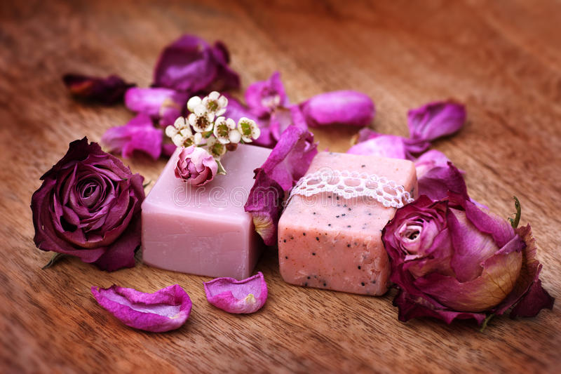 Met de hand gemaakte zeep met rozen stock fotografie