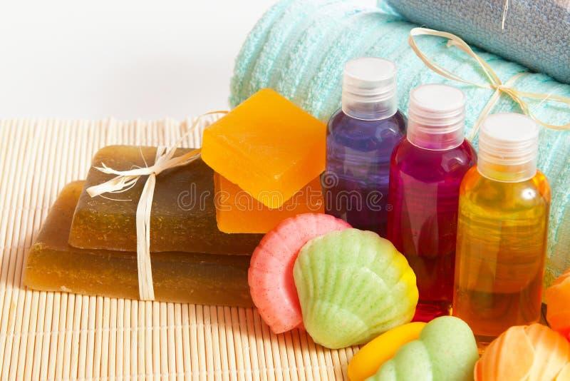 Met de hand gemaakte zeep, shampoo, douchegel met een handdoek royalty-vrije stock afbeeldingen