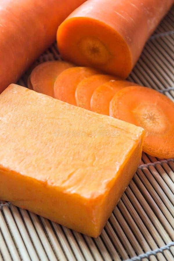 Met de hand gemaakte zeep van wortel stock foto