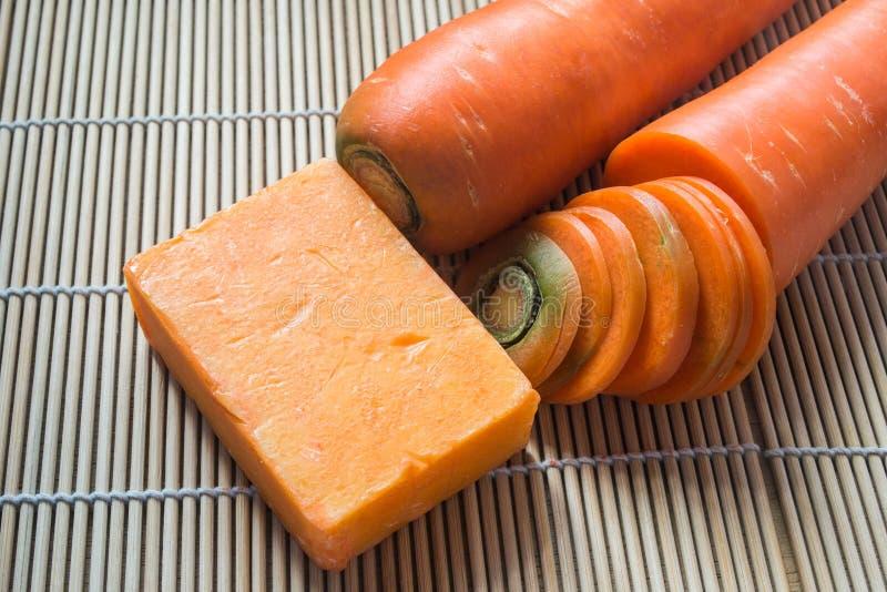 Met de hand gemaakte zeep van wortel stock afbeeldingen