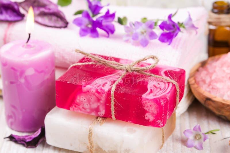 Met de hand gemaakte zeep, zoute douche en bloem. stock fotografie