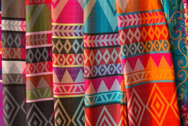 Met de hand gemaakte zijdesjaals in het dorp van Karen, lange halsstammen, Chiang Rai Province, Thailand royalty-vrije stock afbeelding