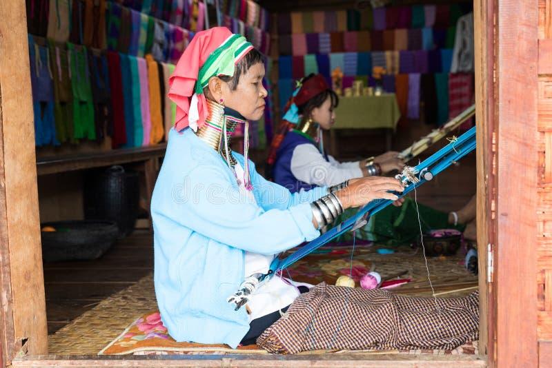 Met de hand gemaakte zijdevervaardiging van Lotus in Inle-Meer, Myanmar, Birma stock foto