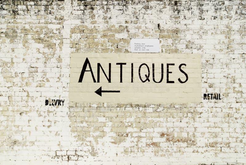 Met de hand geschilderd antiquiteitenteken op spoormuur royalty-vrije stock foto's
