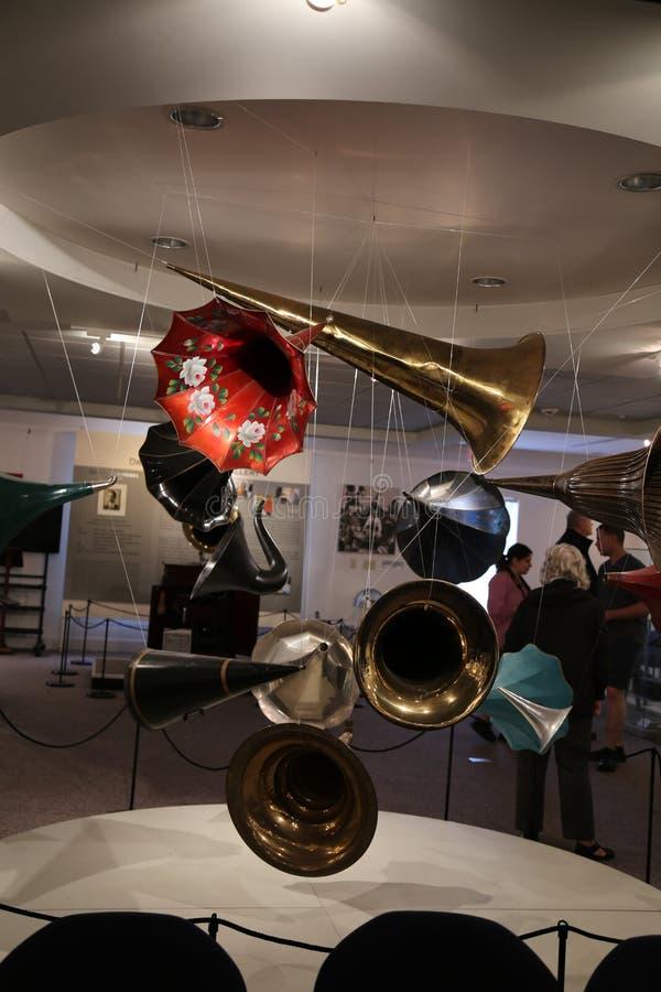 Met de hand geschilderde Victrola-hoornen die van plafond hangen stock foto's