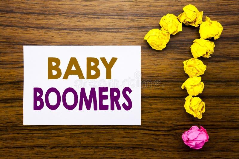 Met de hand geschreven tekst die Baby Boomers tonen Bedrijfsconcept voor Demografische die Generatie op kleverig notadocument wor stock foto