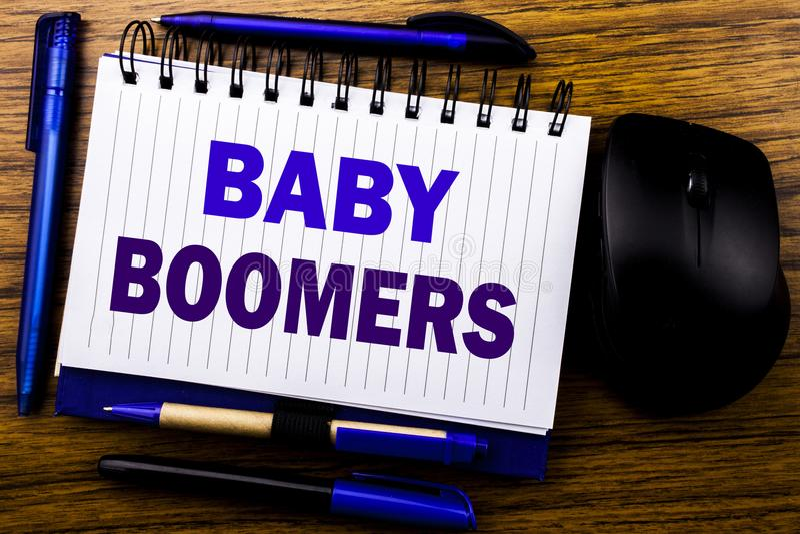 Met de hand geschreven tekst die Baby Boomers tonen Bedrijfsconcept voor Demografische die Generatie op de notadocument van het n royalty-vrije stock fotografie