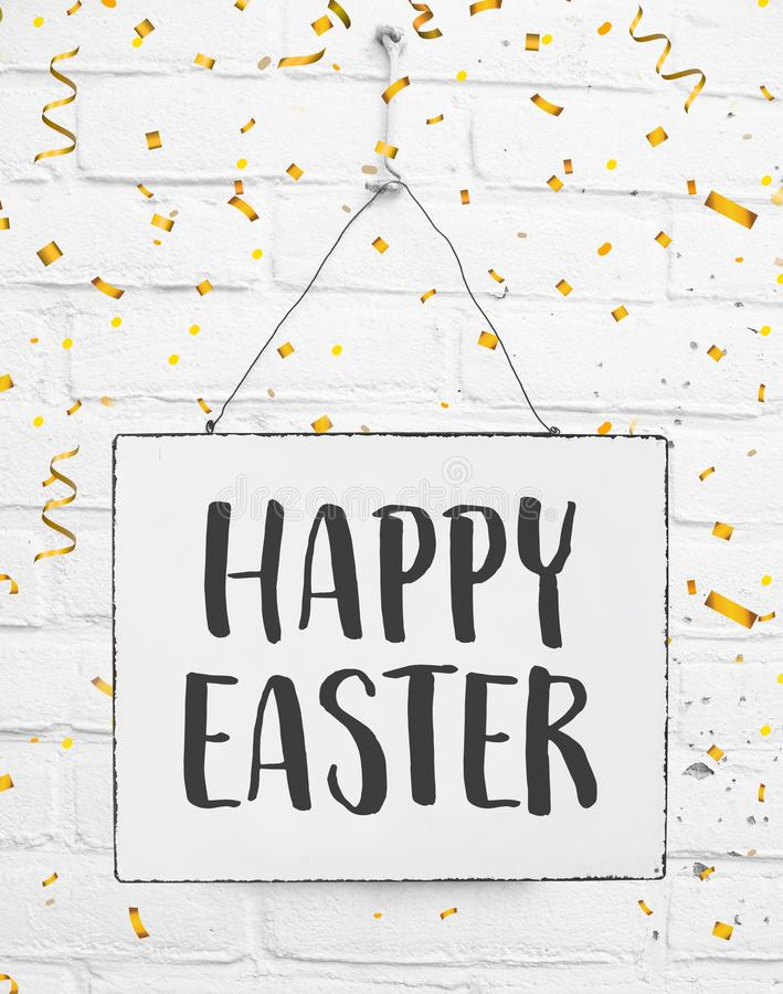 Met de hand geschreven tekst gelukkige Pasen op tekenraad stock foto's