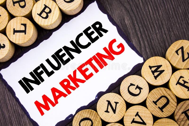 Met de hand geschreven tekstteken die Influancer-Marketing tonen Het bedrijfsconcept voor Sociale die Media beïnvloedt online Str royalty-vrije stock foto
