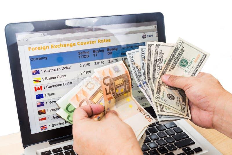 met de hand sorterend USD en EURO voor de grafiek van de muntuitwisseling