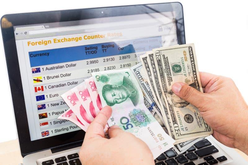 met de hand sorterend USD en Yuans voor de grafiek van de muntuitwisseling