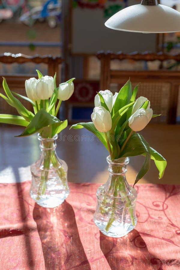 Met de lentebloemen in woonkamerbinnenland stock foto's