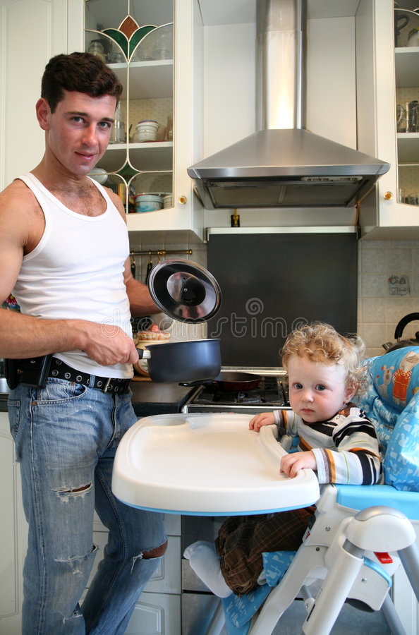 Met de zoon op de keuken royalty-vrije stock foto