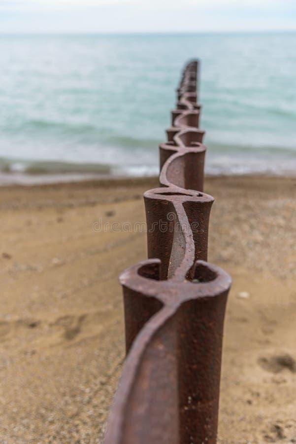 met elkaar verbindende staalzeedijk op strand royalty-vrije stock afbeeldingen