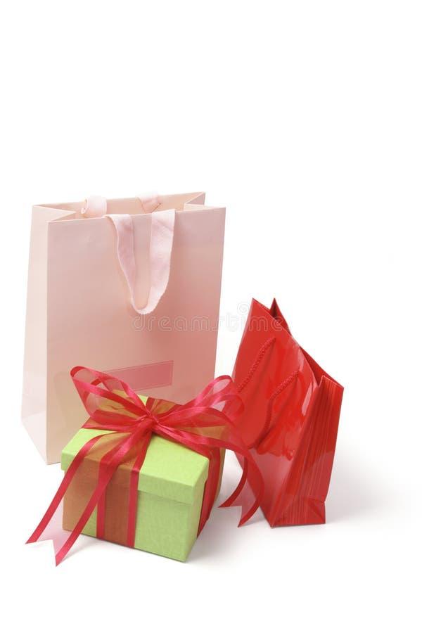 met en sac des achats de colis de cadeau photos stock