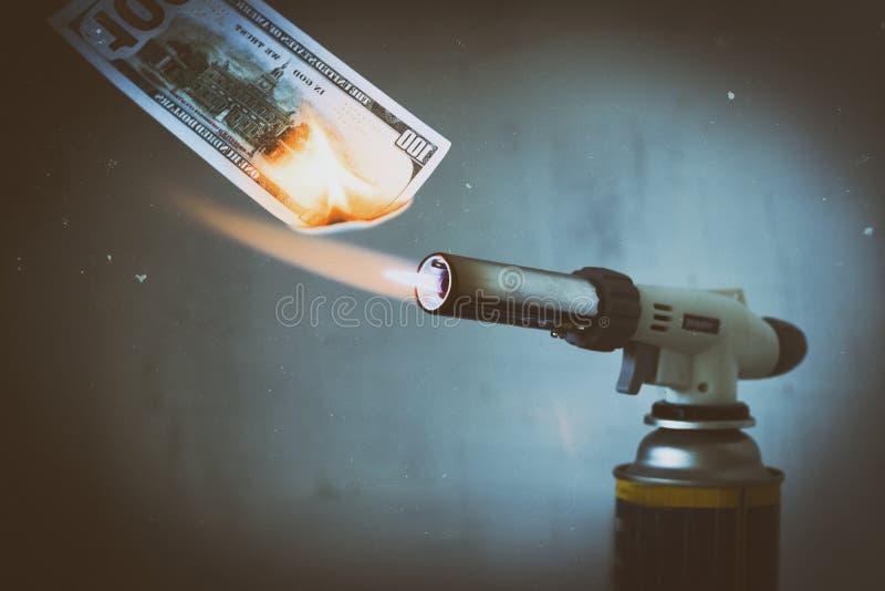 Met gas, gasfornuis, brandwonden honderd dollars Er zijn kunstmatige krassen Het concept problemen met aardgas, royalty-vrije stock foto