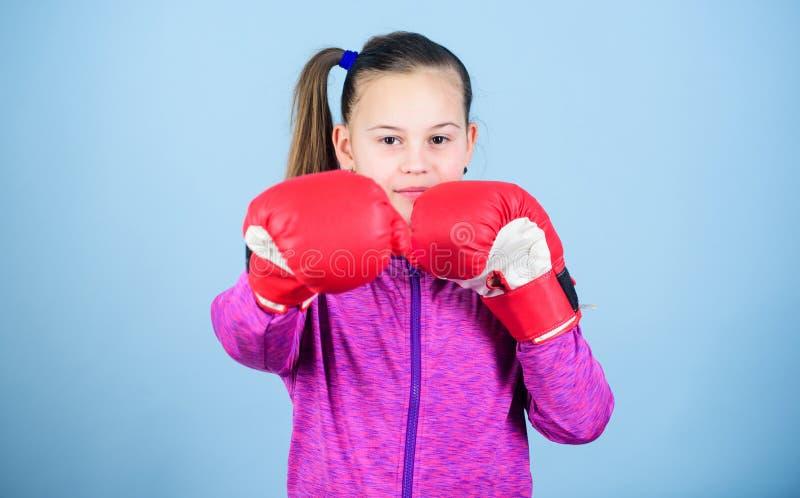 Met grote macht komt grote verantwoordelijkheid Tegendeel aan stereotype Bokserkind in bokshandschoenen Vrouwelijke bokser Sport stock foto's