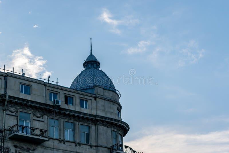 Met huizen die van steenbakstenen worden gemaakt Daglandschapskoepel die Blauwe Hemel bouwt De bouw van Koepel bij schemer stock afbeelding
