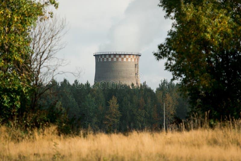 Met kolen gestookte krachtcentrale met koeltoren die stoom vrijgeven van atmosfeer royalty-vrije stock foto