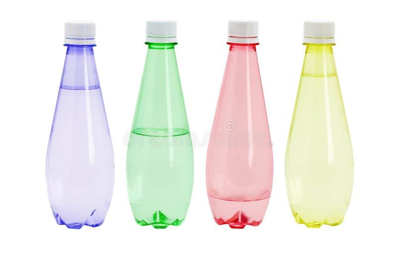 met l'eau en plastique minérale colorée photo stock