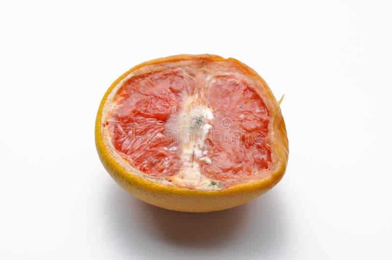 Met? matura degli agrumi del pompelmo rosa isolati su fondo bianco immagine stock libera da diritti