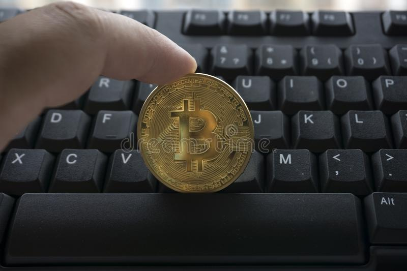 Met opgemaakt als gouden bitcoin op toetsenbord stock afbeelding