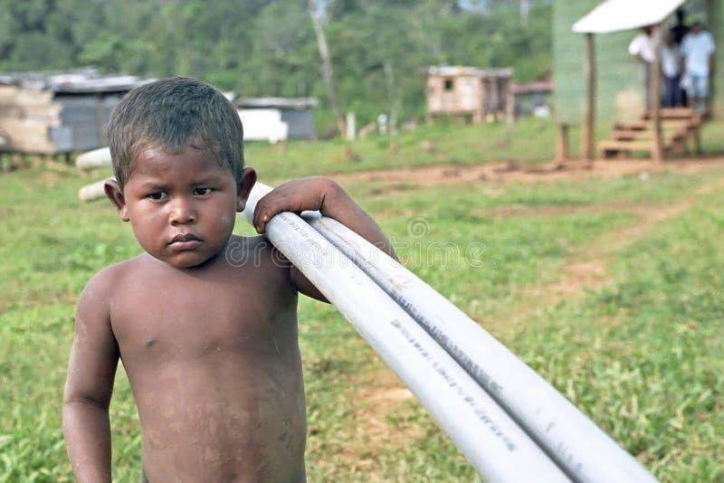 Met pvc-pijpen die Indische jongen, Nicaragua vervoeren royalty-vrije stock fotografie