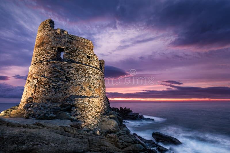 Met schijnwerpers verlichte Genoese-toren in Erbalunga in Corsica bij zonsopgang stock fotografie