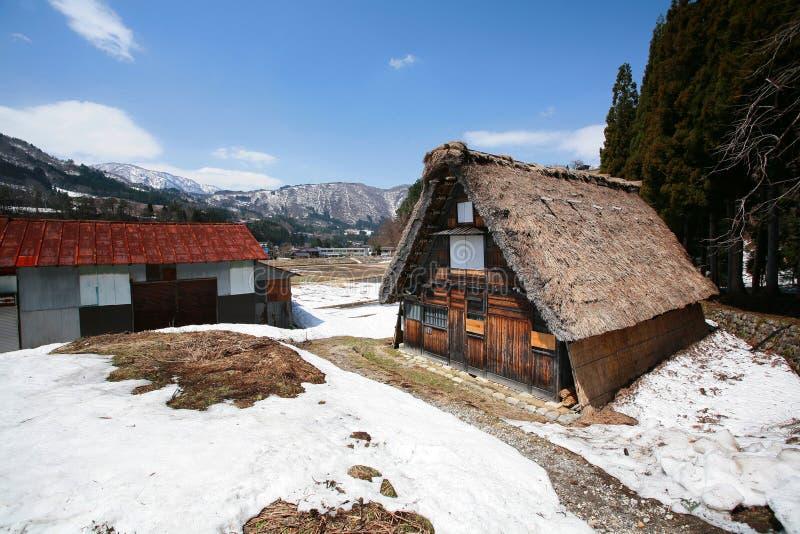 Met stro bedekt dakhuis bij dorp Shirakawago stock afbeelding