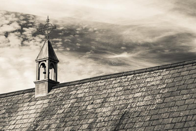 Met stro bedekt dakplattelandshuisje in een typisch Engels dorp met toneelmeningen van het nationale park van Exmoor Exemplaarrui royalty-vrije stock foto's