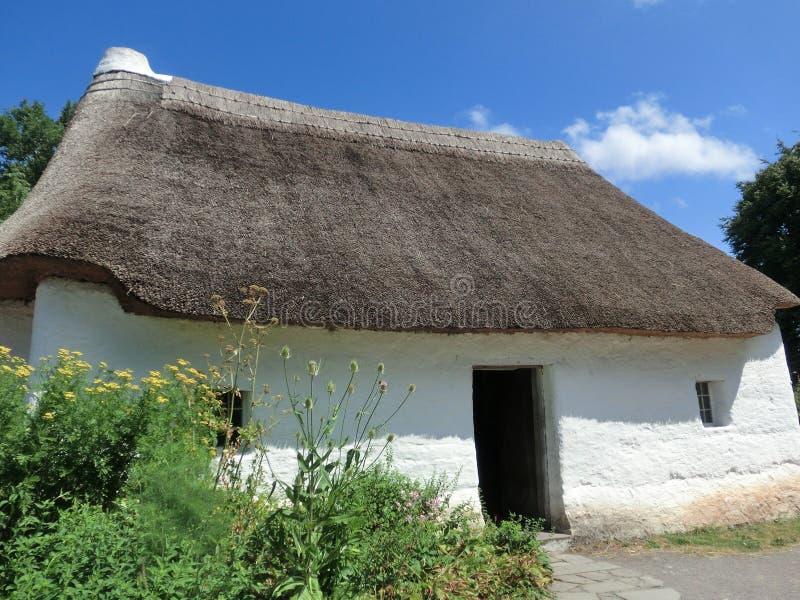 Met stro bedekt plattelandshuisje met witte muren royalty-vrije stock afbeelding