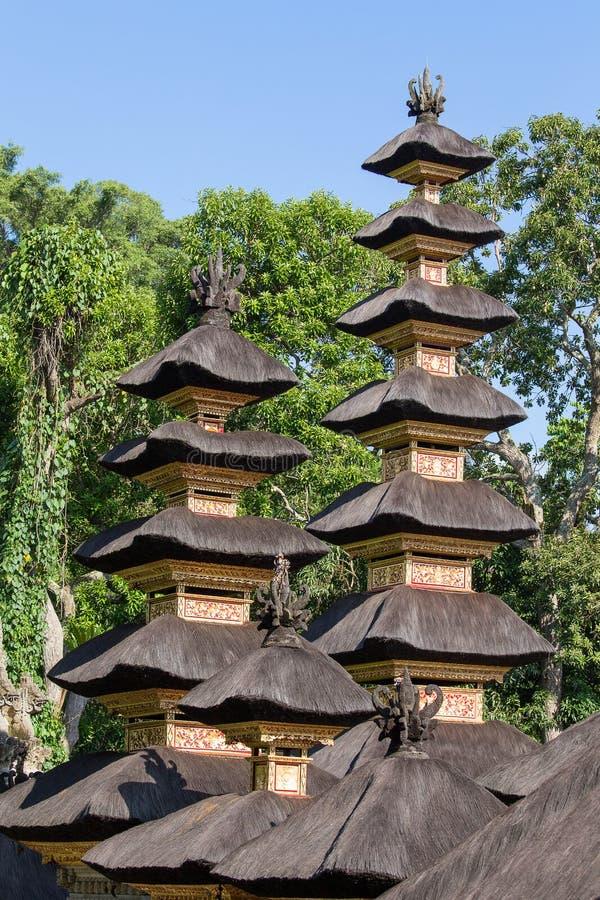 Met stro bedekte dak Hindoese tempel in stad Ubud, Bali, Indonesië royalty-vrije stock fotografie