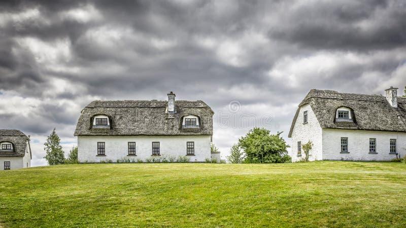 Met stro bedekte huizen in Ierland stock foto