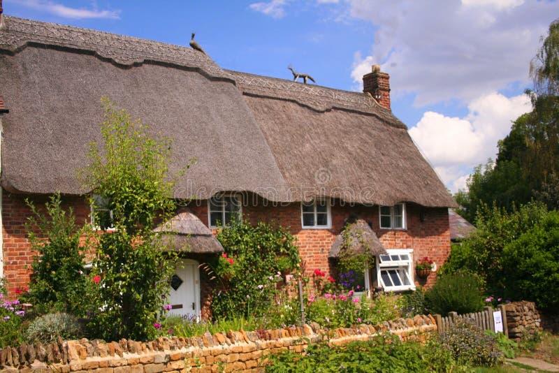 Met stro bedekte plattelandshuisjes in Oxfordshire stock afbeeldingen