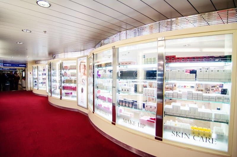 Met vrijstelling van rechten winkel op cruiseboot stock foto