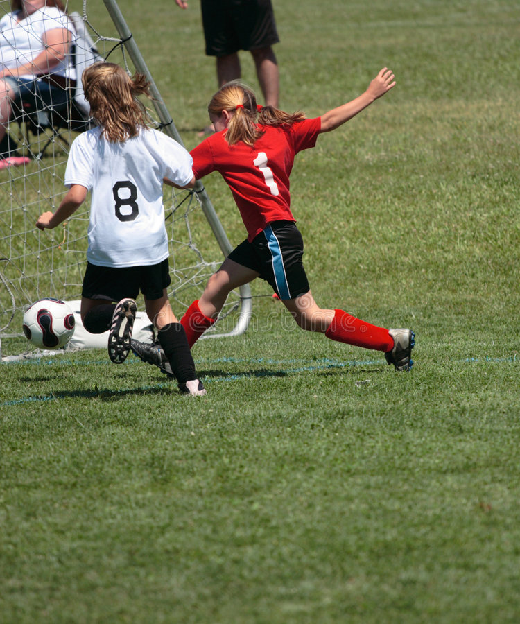 Meta de retroceso con el pie del jugador de fútbol imagenes de archivo