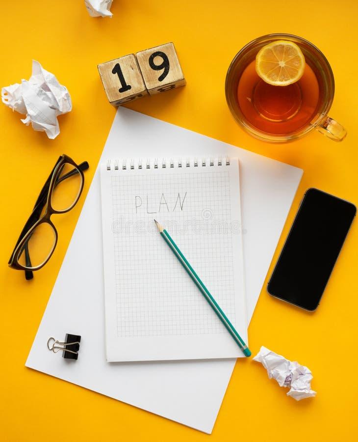 meta del Año Nuevo 2019, plan, texto de la acción en la libreta con los accesorios de la oficina foto de archivo