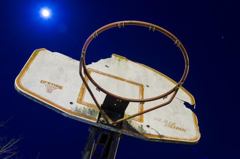 Meta del baloncesto en la noche imagen de archivo libre de regalías