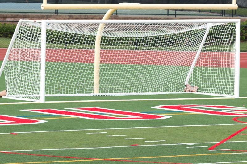 Meta del fútbol en un campo del césped fotografía de archivo