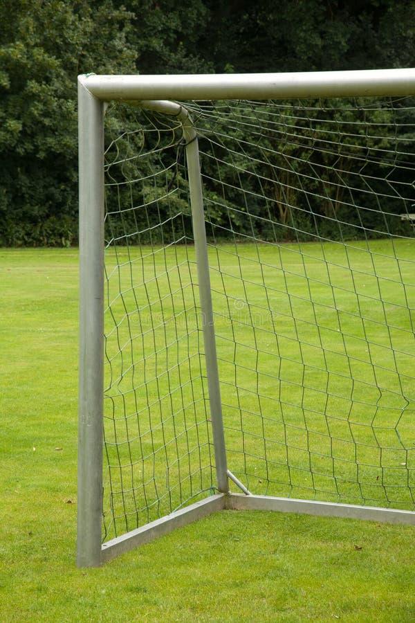 Meta del fútbol en un prado foto de archivo