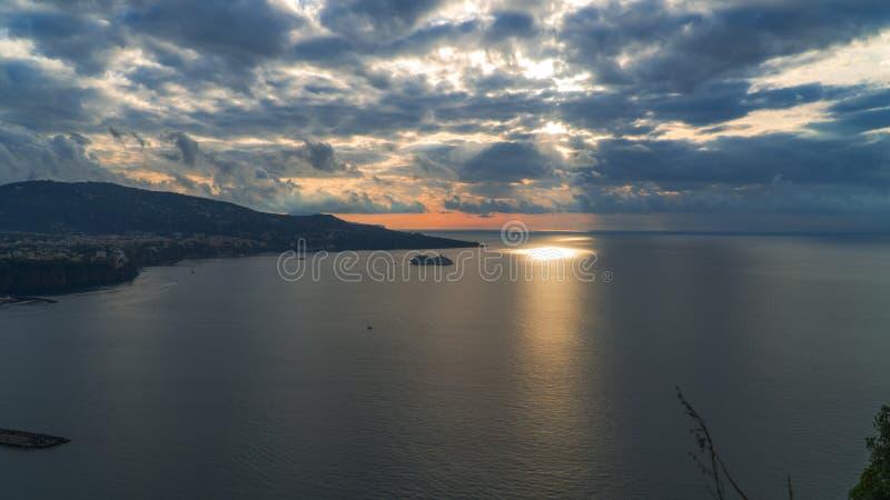 Meta--Di Sorrent, comune in der Provinz von Neapel, Reise, Hotels, Stra?e und Transport, sch?ne Wolken und sonnige Linie Licht stockfoto