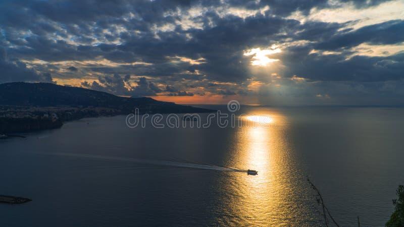 Meta--Di Sorrent, comune in der Provinz von Neapel, Reise, Hotels, Stra?e und Transport, sch?ne Wolken und sonnige Linie Licht lizenzfreie stockbilder