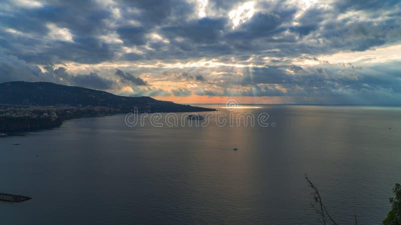 Meta--Di Sorrent, comune in der Provinz von Neapel, Reise, Hotels, Stra?e und Transport, sch?ne Wolken und sonnige Linie Licht stockbilder