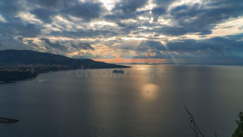 Meta--Di Sorrent, comune in der Provinz von Neapel, Reise, Hotels, Stra?e und Transport, sch?ne Wolken und sonnige Linie Licht stockfotos