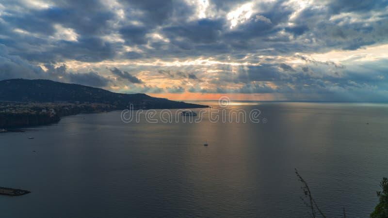 Meta--Di Sorrent, comune in der Provinz von Neapel, Reise, Hotels, Stra?e und Transport, sch?ne Wolken und sonnige Linie Licht lizenzfreies stockbild