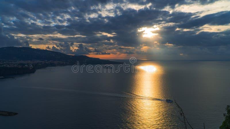 Meta--Di Sorrent, comune in der Provinz von Neapel, Reise, Hotels, Stra?e und Transport, sch?ne Wolken und sonnige Linie Licht stockfotografie